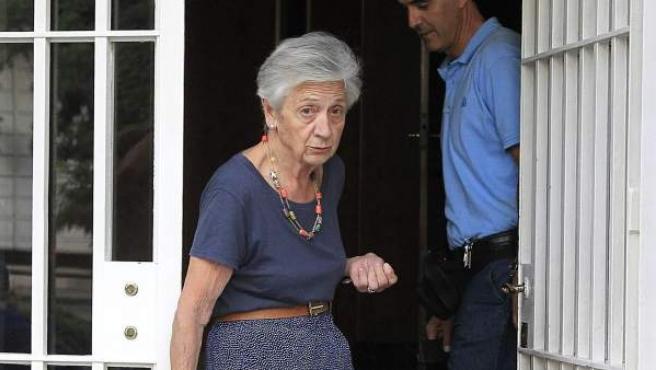 La mujer del expresidente de la Generalitat Jordi Pujol, Marta Ferrusola, sale de su domicilio, en Barcelona.