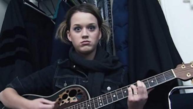 Imagen del vídeo de Katy Perry, con 16 años, sobre sus comienzos en la música.