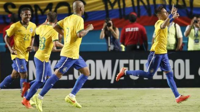 El jugador del FC Barcelona Neymar Júnior celebra su gol con Brasil en un amistoso ante Colombia en Miami.