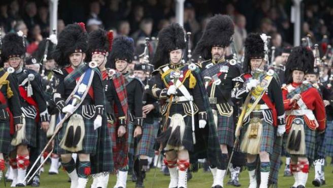 Un grupo de gaiteros desfila en los Juegos de las Highland escocesas, celebradas en la localidad de Braemar este fin de semana, y que contó con la presencia con la reina Isabel II.
