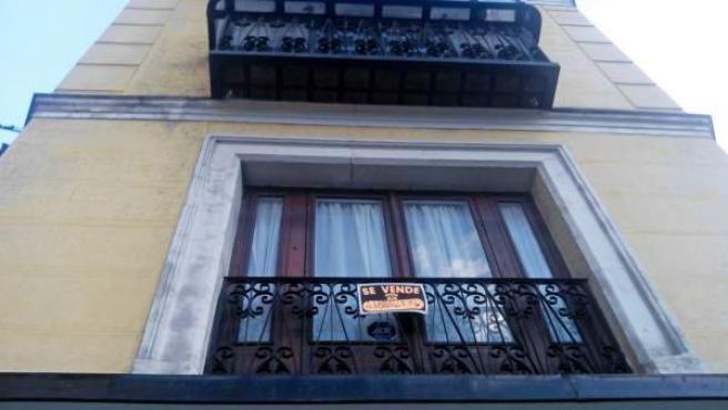 El cartel de 'Se vende' en la ventana de una vivienda de Madrid.