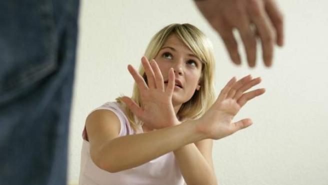 Un hombre grita a su mujer.