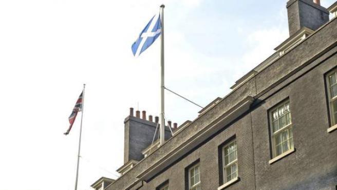La bandera escocesa ondea sobre la residencia del primer ministro del Reino Unido en el número 10 de Downing Street en Londres (Reino Unido).