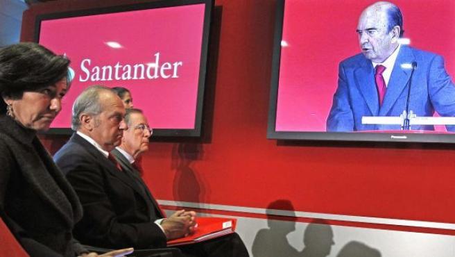 La consejera delegada de la filial británica del Santander, Ana Patricia Botín, y el presidente de Banesto, Antonio Basagoiti (d), observan atentos a una pantalla en la que aparece el presidente, Emilio Botín.
