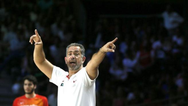 El entrenador español José Antonio Orenga da instrucciones a los jugadores durante el partido.