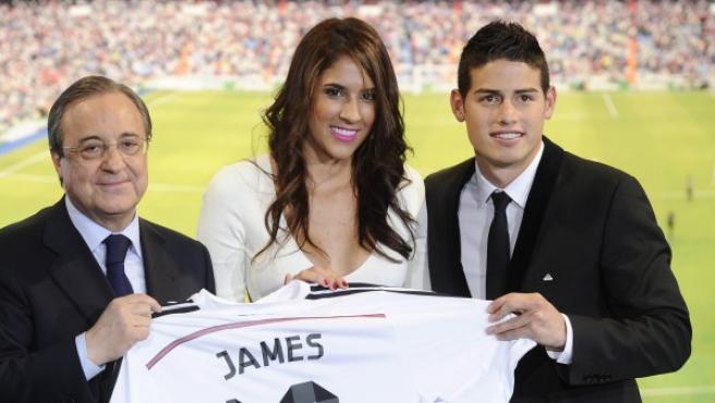 La jugadora colombiana de voleibol Daniela Ospina (centro) posa con Florentino Pérez (izquierda) y su esposo durante la presentación de James Rodríguez como jugador del Real Madrid.