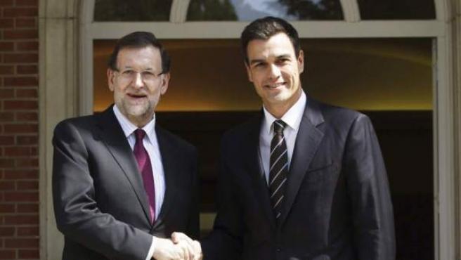 El presidente del Gobierno, Mariano Rajoy, y el secretario general del PSOE, Pedro Sánchez, ante el Palacio de la Moncloa.