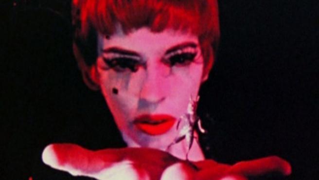 Cameron interpretándose a sí misma como la Mujer Escarlata en la película de 1954 'Inauguration of the Pleasure Dome' , de Kenneth Anger