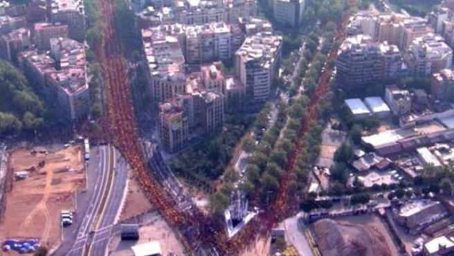Vista aérea, cedida por TV3, de la Plaza de les Glories, donde confluyen la Gran Vía y Diagonal, y en la que se han concentrado miles de personas, que han formado una V, a favor de la consulta soberanista del 9 de noviembre