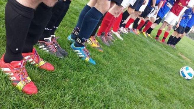Primer partido de la campaña Rainbow Laces, entre los equipos Leftfooters y Cardiff Dragons, ambos de la GFSN.