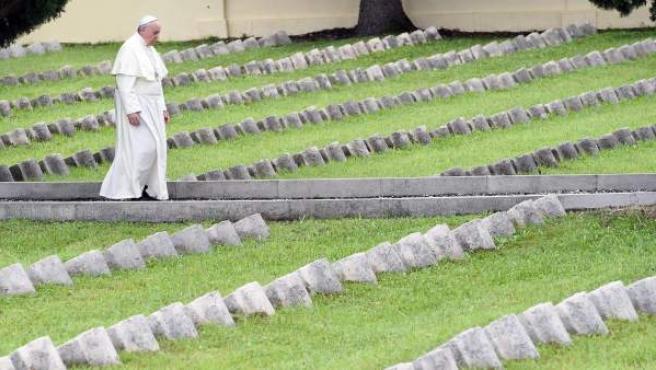 El papa Francisco en el cementerio militar de Fogliano Redipuglia, al norte de Italia, al que acudió para recordar a los caídos de la Primera Guerra Mundial.