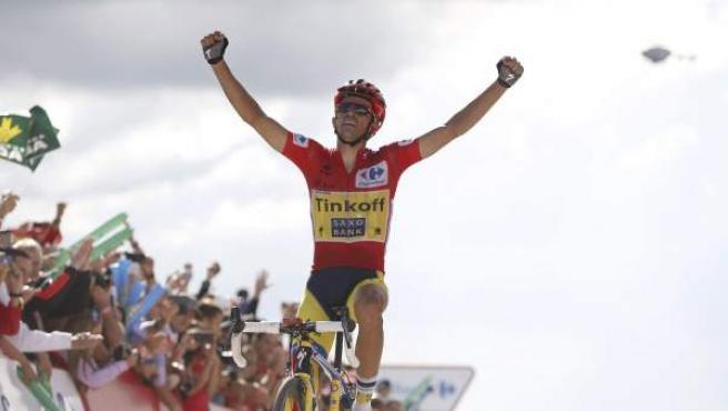 Alberto Contador celebra su victoria en la meta del puerto de Ancares.