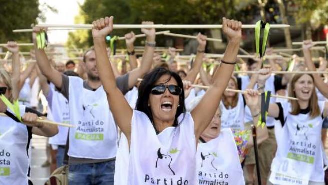 Muchos de los asistentes han roto una lanza, acto que se ha convertido en el símbolo de la protesta contra el Toro de la Vega.