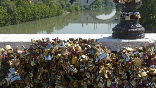 Un puente atestado de 'candados del amor'.