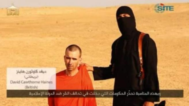 Imagen del vídeo de EI donde un yihadista amenaza con matar a David Haines.
