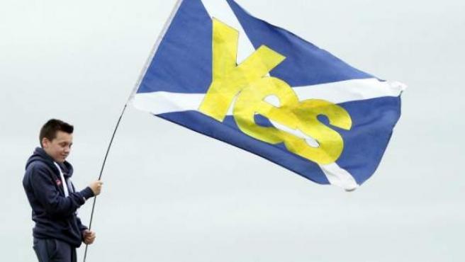 """Un niño sostiene en Edimburgo una bandera de Escocia de apoyo al """"sí"""" en el referéndum sobre la independencia."""