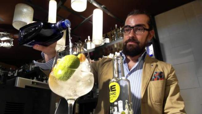 El propietario de The Lemon Society, Javier San Segundo, prepara un gin tonic en su bar, donde suma cuatrocientas setenta y cinco marcas de ginebra, 57 tónicas y mas de 27.000 combinaciones distintas.