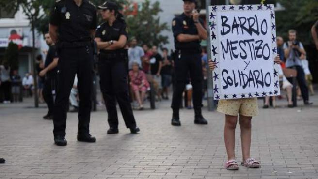 Una niña muestra un cartel en la concentración llevada a cabo en el barrio madrileño de Tetuán contra la ocupación de un centro por una organización de ideología neonazi.