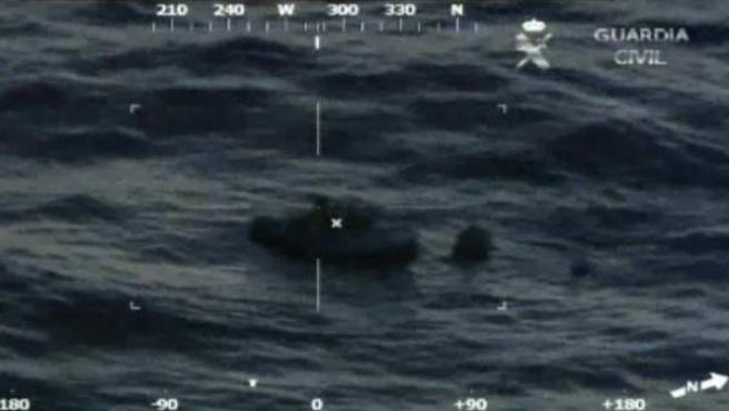 Un avión de la Guardia Civil localiza a una embarcación de inmigrantes en el mar Egeo dentro de la Operación Aeneas.
