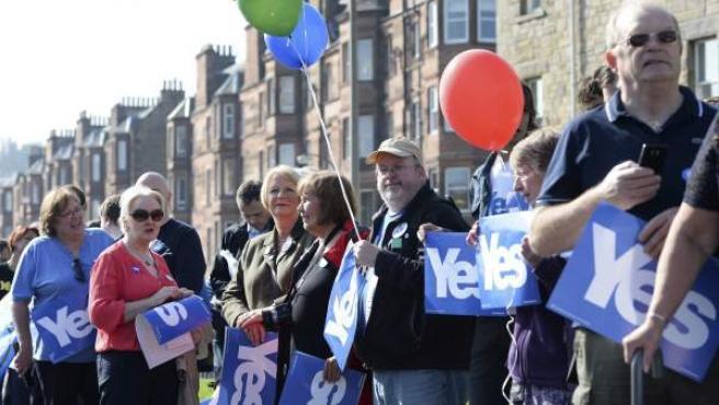 Simpatizantes del ministro principal escocés, el independentista Alex Salmond (no fotografiado), durante un acto de campaña a favor de la escisión de Escocia del Reino Unido, en Edimburgo.