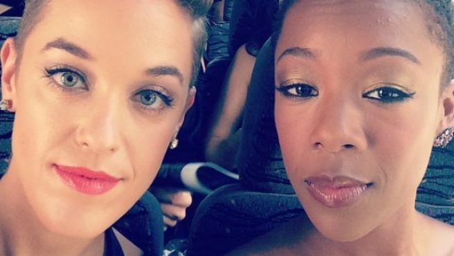 Lauren Morelli, guionista de 'Orange is the new Black' y una de las actrices de la serie, Samira Wiley.