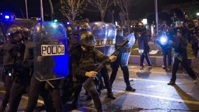 Varios policías antidisturbios en las inmediaciones de la plaza de Colón de Madrid.