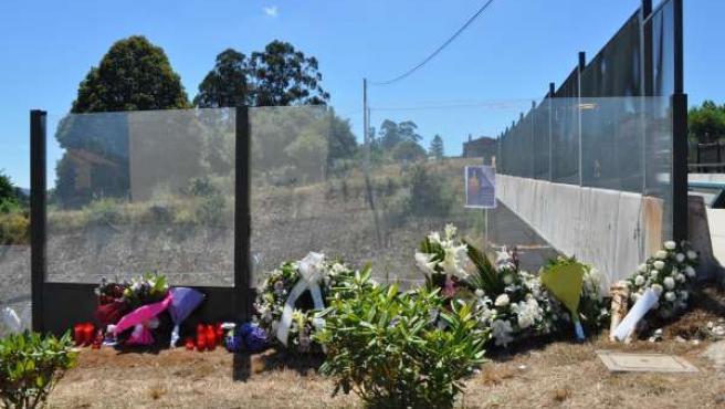 Ofrenda floral y velas por las víctimas del tren en Angrois