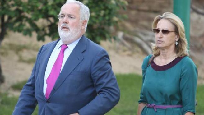 El exministro Miguel Arias Cañete, con su esposa.