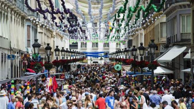 Cientos de personas asisten a la Feria de Málaga.
