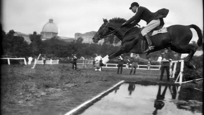 'Salto de obstáculos en el hipódromo de la Castellana'. Foto de Diego González Rogel realizada en Madrid en torno al año 1925