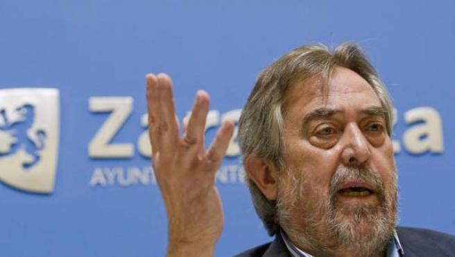 El alcalde de Zaragoza, Juan Alberto Belloch, durante la rueda de prensa en la que ha anunciado que no repetirá como candidato a la alcaldía de Zaragoza.