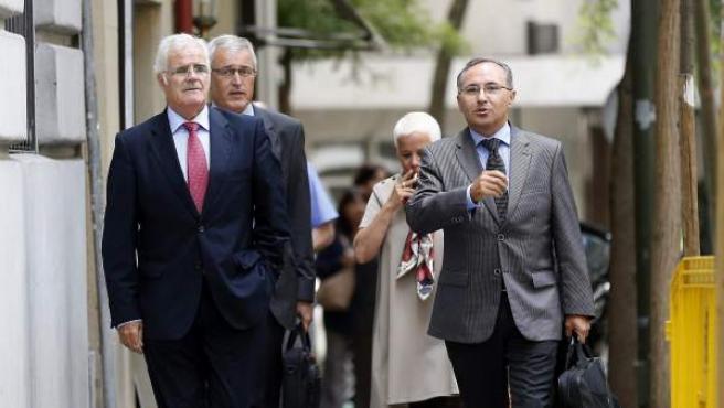El fiscal superior de Cataluña, José María Romero de Tejada, y los fiscales jefes provinciales llegan a la sede de la Fiscalía General para reunirse con Eduardo Torres-Dulce.