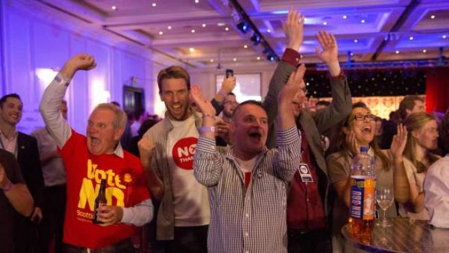 Los seguidores del no celebran lo victoria en el referéndum escocés.