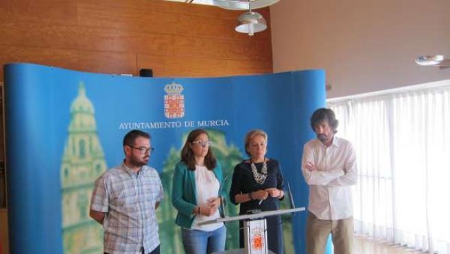 La concejal de Medio Ambiente con miembros de los otros grupos municipales