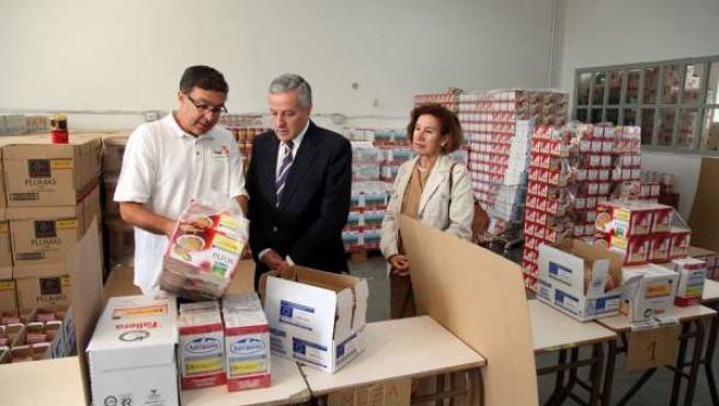 Gutiérrez (centro) y Gutiérrez (derecha) durante el reparto de alimentos