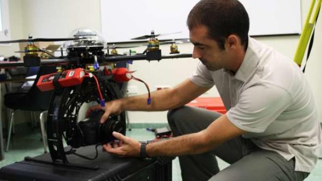 Un investigador de la UJA realiza arreglos en un UAV