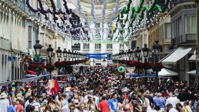 Panorámica de una de las calles de Málaga engalada durante la Feria.