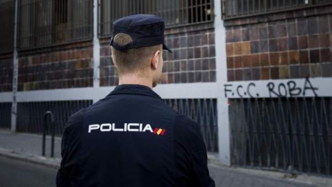 Un agente de la policía ante el llamado Hogar Social Ramiro Ledesma, el edificio situado en la calle de Juan de Olías, en el distrito madrileño de Tetuán, ocupado de forma ilegal por personas de ideología de extrema derecha.