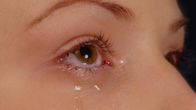 La lágrima se produce fundamentalmente por la glándula lagrimal, que esta situada en la parte super externa de la órbita.