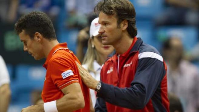 El capitán español de Copa Davis, Carlos Moyá, reconforta a Roberto Bautista en el cuarto partido de la eliminatoria por la permanencia del torneo entre Brasil y España.