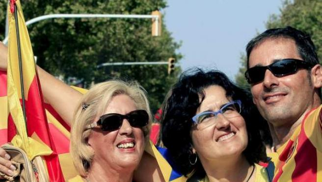 Asistentes a la manifestación entre la plaza España y la plaza Cerda convocada por la Asamblea Nacional Catalana y Omnium Cultural, con el apoyo de la Generalitat y los partidos soberanistas, con motivo de la Diada y a favor de la consulta del 9 de noviembre.