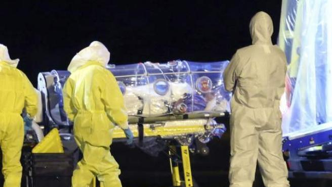 Fotografía facilitada por el Ministerio de Defensa de la llegada del religioso y médico español Manuel García Viejo, infectado de ébola, a la base de Torrejón de Ardoz (Madrid), en un avión medicalizado desde Sierra Leona.