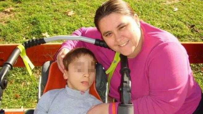 Aaron, con su madre Ana Belén Lara.