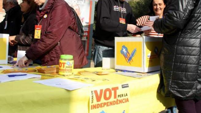 """Una parada instalada en la plaça de Sants, en Barcelona, para recoger firmas en el marco de la campaña """"Voto por la independencia""""."""