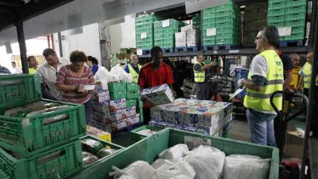 Recogida de mercancías donadas en el Banco de Alimentos de Madrid.