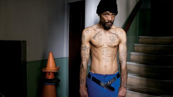 Ali, limpiador en la catedral de Cape Town, luce los tatuajes de la peligrosa banda de criminales sudafricanos a la que perteneció
