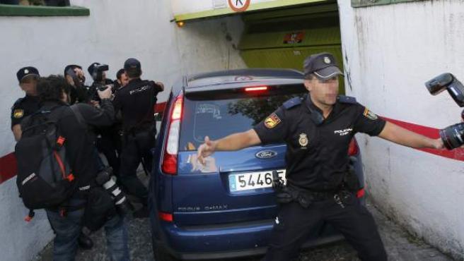 El coche policial camuflado con cristales tintados que traslada al presunto pederasta de Ciudad Lineal entra en el garaje de la casa del barrio de Hortaleza de Madrid. La policía registra junto al presunto pederasta la casa donde pudieron cometerse los abusos sexuales.