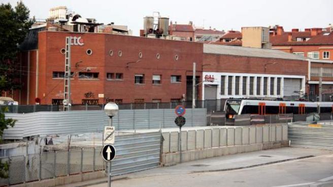 La empresa TTC, al lado de las vías de FGC, en Sabadell, es el foco del brote de legionela, según estimaciones de la Generalitat.