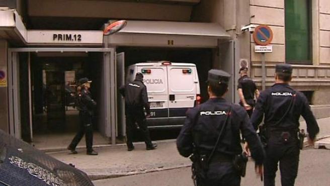 Imagen tomada de televisión del furgón policial que traslada al presunto jefe de la célula yihadista vinculada al Estado Islámico.