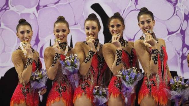 Las chicas españolas de gimnasia rítmica con su medalla de oro en el Mundial celebrado en Esmirna (Turquía).